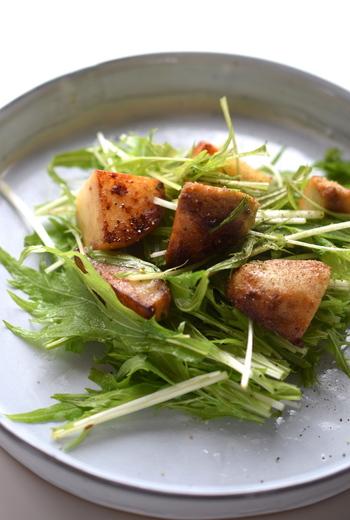煮物でおなじみの里芋を、サラダに加えた変化球レシピ♪ シンプルですが里芋をカリカリになるまで炒めると美味しい仕上がりに。