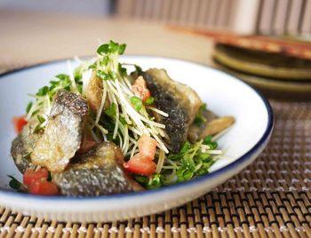 サラダに焼き魚?と思うかもしれませんが、結構合うんです。 揚げ焼きでカリッとしたサンマに粉山椒の風味がぴったりの主菜サラダです。