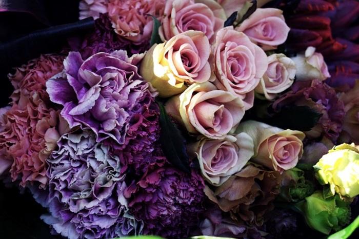 """バラに負けないほど豪奢なフリルを持つ品種は、ブーケにも効果を発揮♪トルコキキョウは、""""2週間は大丈夫""""といわれるなど、花持ちの良さでも知られています。"""