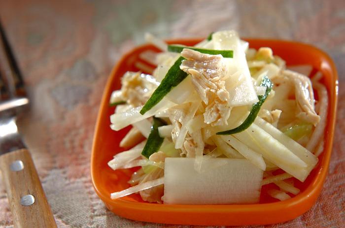 シャキシャキした生のウドを味わえるサラダです。 ウドはアクがあって変色しやすいので、酢水につけて下ごしらえをしましょう。