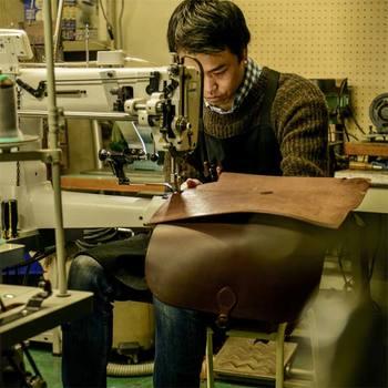 analogicoは、2015年にできた新しいレザーブランドです。 オーナーで革職人の末吉さんは、ビーズアクセサリーのデザイナー、舞台美術などの仕事もしていたユニークな経歴の持ち主。その後、革鞄の老舗ブランドであるHERZ(ヘルツ)で10年間鞄職人としての経験を積んでいます。 そこでの仕事で、イタリアでの革の買い付けや開発にも携わり、天然素材ならではの風合いを持つイタリアの革に魅了され、自身のブランドを設立しました。