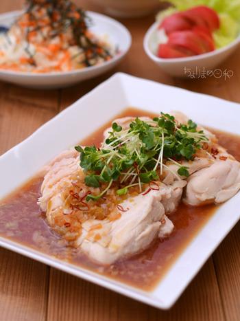 酢醤油の酸味が、食欲をそそる南蛮むし鶏レシピ。鶏のむね肉は、焼きすぎると水分が逃げてパサパサになってしまいます。そこでおすすめなのが、電子レンジで蒸し上げること。唐辛子をねぎと一緒に炒めた、お酒にピッタリのレシピ。