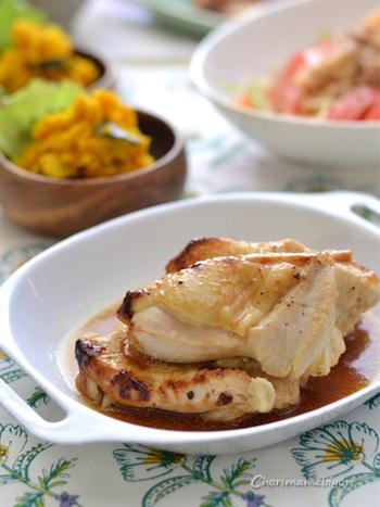 あっさりした鶏むね肉とレモンのコラボで、食欲がない夏にもおすすめ♪鶏むね肉に、はちみつやレモン汁を加えて、蒸し焼きするだけの簡単レシピ。にんにくを加えていますので、スタミナも満点。