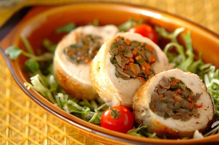 きんぴらごぼうを鶏のむね肉で包み込み、フライパンで焼き色をつけて、電子レンジで加熱します。きんぴらでなく別の具材をサンドすれば、味のバリエーションが広がりますね◎
