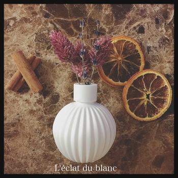 ころんとした可愛い花瓶風のアロマストーンにドライフラワーを飾って。大人っぽいアンティーク風のインテリアに合わせてみませんか?