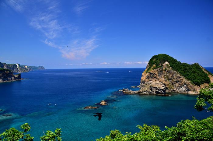 黄金岬のすぐ近くには宝島と呼ばれる小さな島があります。かつて、ニシン漁で栄えていた積丹町の人々にとって、ニシンの大群がやってくる宝島は、まさに「宝島」でした。