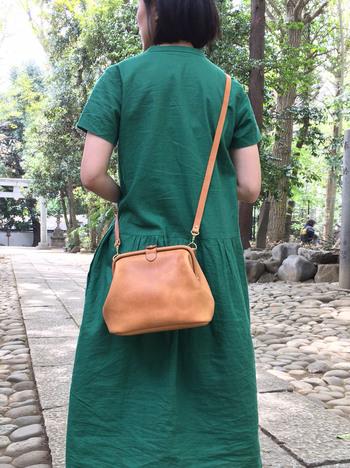 レトロながま口式のショルダーバッグ。 ちょっとしたお出かけやお散歩にピッタリのサイズ感。 服装を選ばずに使えそうです。