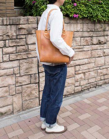 A4サイズが収納可能な実用的なトートバッグ。 収納部は安心のファスナー式で荷物が見えたり、落ちることもありません。 シンプルなデザインなので、ビジネストートとしての使い方もオススメできます。