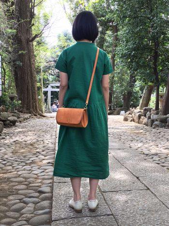 服装を選ばないシンプルなデザイン。 横向きにした長財布がちょうど収まるコンパクトなサイズです。