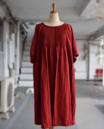 """""""赤い服""""と聴くと、大人女子には「派手かな?」と敬遠されがちなカラーですが、シンプルなものを選べば、大人可愛く着こなせます。"""