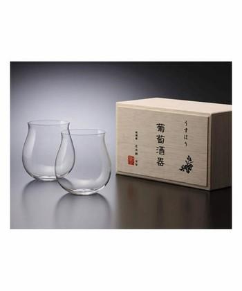 大正11年創業。東京の老舗ガラスメーカー「松徳硝子(しょうとくがらす)」を代表する「うすはり」シリーズは、その名の通り、厚さは1mm以下。繊細な飲み口が味を引き出してくれます。  こちらは、食卓でも気軽にワインを楽しめるようにとデザインされた葡萄酒器。フルーティーで軽めのワインとより相性の良い、ブルゴーニュタイプの広がった口が特徴です。
