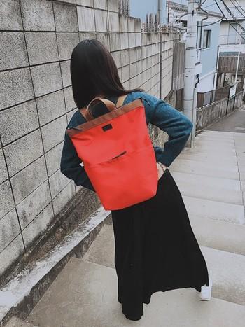 洋服に赤はまだ勇気がでないかも。 という人におすすめなのが小物で取り入れる方法です。  赤リュックなら後ろ姿がとってもキュートに仕上がります!