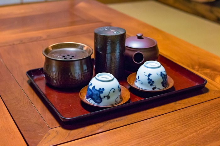 お葬式の香典返しに用いられることが多いため、日本茶はタブーとされています。親しい間柄で日本茶が大好きな人であれば、おしゃれな茶缶に入ったものなどを贈ってみてもいいかもしれません。