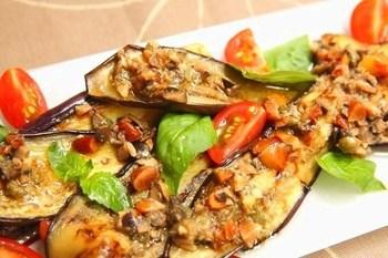 シチリア料理に欠かせないアンチョビやケッパー、トリュフオイルで焼きサラダ♪香りだけでお箸が進みそう。新鮮なイカやエビなど魚介類をいっしょに焼いても良さそうですね。
