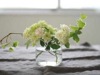 フラワーアレンジメント風。飾る花の色を白や緑で揃えると、部屋もすがすがしい空気に。