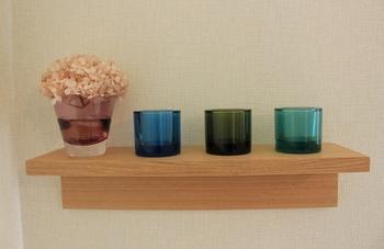 あえて小さめのグラスに、花を飾って並べてみるのもおしゃれ。