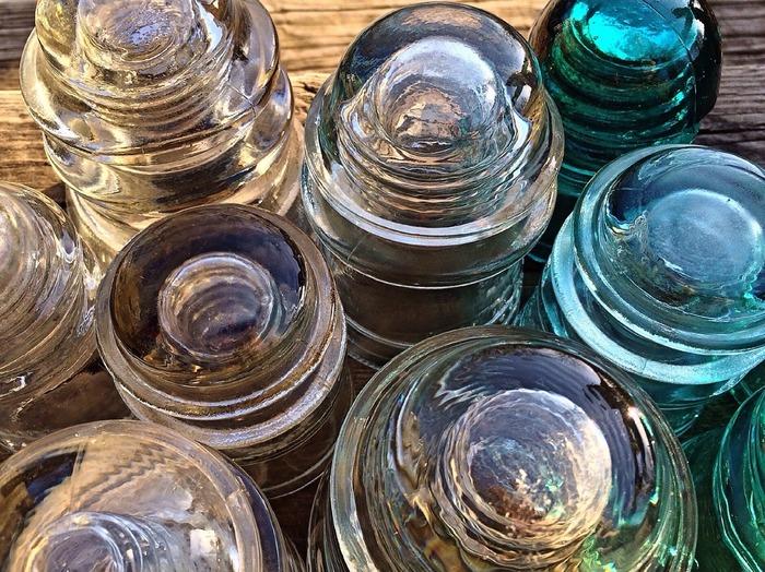 ガラス製の食器や鏡などは「割れる」「壊れる」を連想させます。とは言えグラスや食器は結婚祝いの定番にもなっていますので、親しい間柄であればそれほど気にする必要はないでしょう。