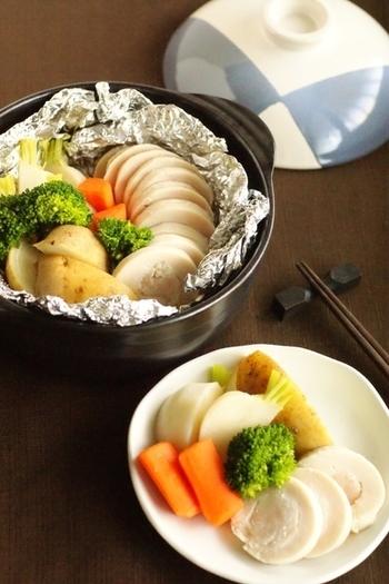 土鍋でボリューム感のある鶏ハムやホットサラダが一度に作れちゃいます!軽く下味をつけておけばどんなドレッシングやタレとも相性抜群。温かいうちにいただきたいですね。