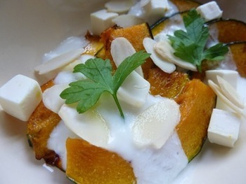 かぼちゃの甘味とヨーグルトの酸味が爽やかなホットサラダ。ヨーグルトはお好みでレモンやはちみつを入れても良さそうですね♪