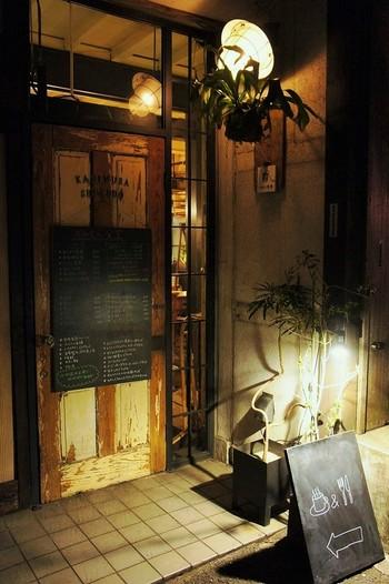 """国道246号から1本入った路地裏、通称""""三角地帯""""にたたずむ、旧い民家をリノベした食堂です。※ランチメニューあり。  イベントも随時ひらかれます。2016年10月には、「BBQ@多摩川」や、若い杜氏さんを迎えて、日本酒の""""超初心者用勉強会""""が。"""