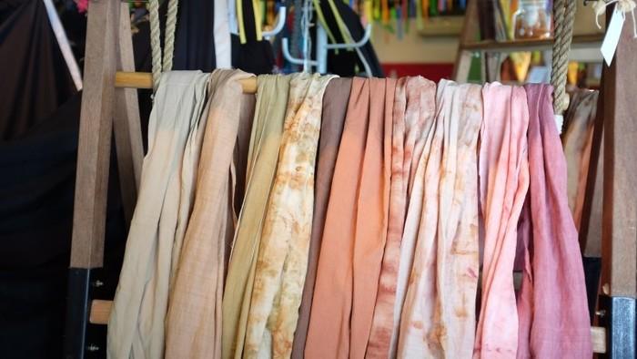 普段着ている服などが古くなってくると、裂いて麻の紐などと一緒に織り直して掛け物や帯などに作り直します。それが古くなると、今度は全てほどいて、子どもを背負うための「おんぶ紐」などに使われていたそう。 ひとつのモノを最後まで使い切る裂き織りは、江戸時代の女性が毎日の暮らしの中で行う、重要な手仕事でした。