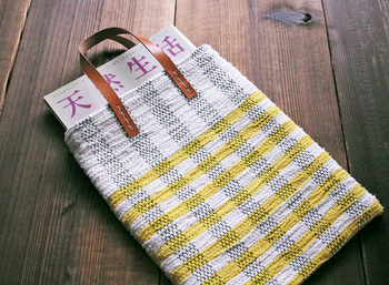 シンプルながらもカジュアルに使える、32×25cmのチェック柄バッグは、A4サイズがすっぽり入る便利な大きさ。ホワイトとイエローの爽やかなカラーが爽やかです。