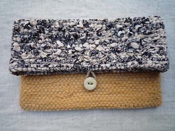 木綿と絹の着物を使ったこちらの裂き織りクラッチバッグ。バッグとしてはもちろん、ポーチとしても使いやすい大きさなのでかなり多用途に使えます。上部は「つぼみ」のように織り込まれており、デザイン性の高い立体感が魅力的です。爽やかに使える色と素材なので、オールシーズン使えるのも嬉しいポイント。