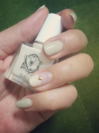 ミルク色のSMELLYを指に塗ったら、小さな星をひとつ。シンプルですが練乳のように甘そうで可愛いネイルです。