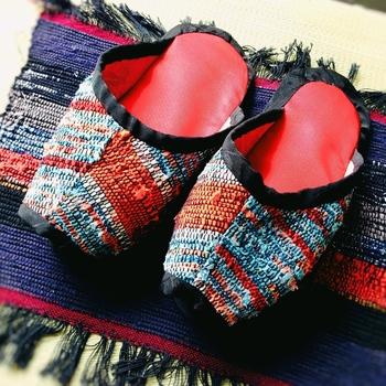 アジアンテイストな裂き織りのスリッパは、履き心地の良いゆったりサイズ。ゆったりしたボトムに合わせて素敵なリラックスタイムを。
