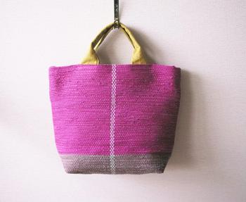 こちらはコットンとリネンだけで織り上げられた、ベリーピンクのトートバッグ。持ち手も全てコットンなので、柔らかく手に馴染みます。