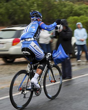 フランス語で「カバン」、「袋」という意味を持つ『サコッシュ』。自転車のロードレースの競技中、お水やバナナなど軽い食事を入れるために使われているアイテムなんです。