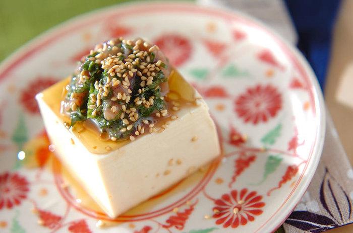 日本酒には、やっぱり和食が合いますよね。カロリーを抑えたさっぱりおつまみは、塩辛とゴマ油でパンチを効かせます。合わせた大葉が爽やか。