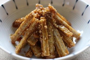 食物繊維が豊富なゴボウは、衣を付けてサクッと揚げて、甘辛味のタレをからめれば絶品のおつまみに!もちろん白いご飯との相性もバッチリです。