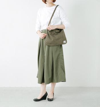 肩紐の長さを調整すれば、トートバッグやハンドバッグとしても使うことのできる、便利なサコッシュ。シンプルで落ち着いたカラーなので、大人っぽい着こなしにも◎!