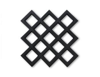 岩手の老舗鋳物屋「釜定」の南部鉄器で作られた鍋敷き。和洋どちらにも合うモダンなデザインです。壁掛けのオーナメントとしても使えます。