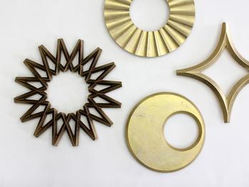 重厚感のあるゴールドのジオメトリックデザインが素敵な真鍮製の鍋敷き。オブジェとして置いておくだけでも存在感がありますね。