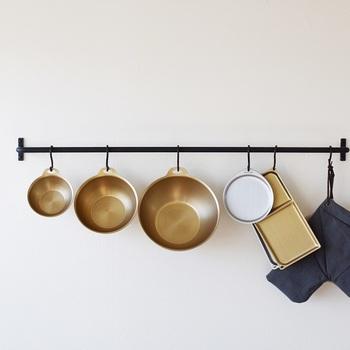 食材を水洗いしたり、カットしたり。下ごしらえするときに大活躍してくれるのがボウルとザル。ステンレスなど金属製のものだと熱伝導率もいいので湯せんしたり、急速に冷やすときにもまた便利です。