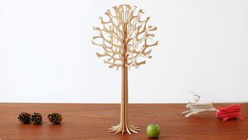 フィンランド製の木をモチーフにジオメトリカルにデザインされたかわいらしいオブジェ。グリーティングカードとして入っている薄い板を組み合わせて作ります。