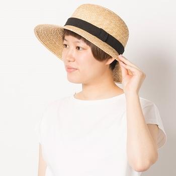 しっかりと形作られた丸みのある麦わら帽は、クラシカルな雰囲気。コーデを夏らしく、爽やかに仕上げてくれる上品なデザインです。