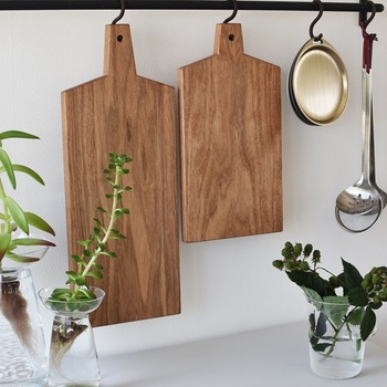 100均のものから一枚板の高級品まで、カッティングボードも様々。 中でもおすすめは、温かみのある木製のもの。食材をカットするだけでなく、パンやオードブルなどを並べてそのまま食卓に並べてもサマになるから器としても活躍してくれます。