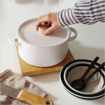 カレーやシチュー、煮物やパスタを作るときのマストアイテム。ホーローやステンレス、銅や耐熱ガラスなど材質も非常に豊富です。