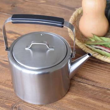 やかん(ケトル)といえばお茶やコーヒーを飲むときに使うもの、と思いますよね。でもちょっとした時短になる使い方が。 カレーやシチューなど具材を炒めた後に入れる水のかわりに、やかんで前もって温めておいたお湯を投入するんです。水から調理するよりもグンと時短になりますよ。