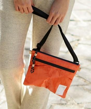 お財布代わりにもぴったりで、小さめバックとしても大活躍♪今回は、これからの季節の着こなしにもぴったりの『サコッシュ』の魅力をご紹介していきます。