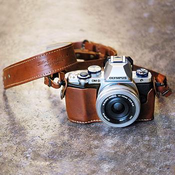 革製のカメラケースやストラップにもこだわったら、きっとカメラライフがより楽しくなります。