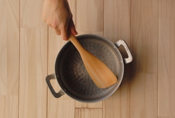 炒め物をするときに手早くまんべんなく混ぜることができるターナー。細かい食材をフライパンからかき集める時やハンバーグなど少し大きなものを返すときにも役立ちます。 使うときに毎回サッと水にくぐらせてから使うと調味料や油がしみ込みにくく長持ちします。