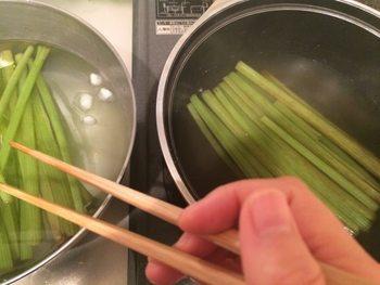 普通のお箸よりも長く作られているので炒めやすく、油はねやコンロから上がる熱から遠ざかって調理できる料理のミカタ。