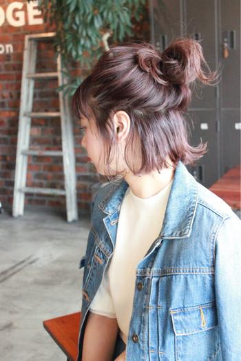 髪全体をまとめるのが長さ的に厳しい場合は、ハーフアップでもスッキリ見えますよ。 ゆるっとルーズにまとめたハーフアップのお団子ヘア♪