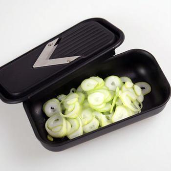 野菜をスライスするときに手早く仕上げることができるスライサー。何種類か異なる刃がついているものもあって手軽に厚みや断面をギザギザにカットすることができるんです。また、うけ皿部分が保存容器になるタイプは、そのまま冷蔵庫で保存ができて便利です。