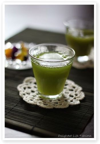 夏の暑い時期には冷水で作る冷抹茶もオススメです!ポイントは分量の3分の1くらいのお水で抹茶をよく溶かすこと。使うお水にこだわるとさらに美味しくなりますよ。