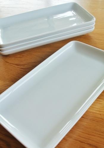 うっすらと青みがかった白磁の角皿。爽やかで清潔感ある白は、載せるものを美しく見せてくれます。
